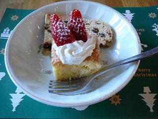 きょうのおやつは、天皇誕生日にちなんで、ショートケーキです。それと、子どもたち手作りのシュトレンです。