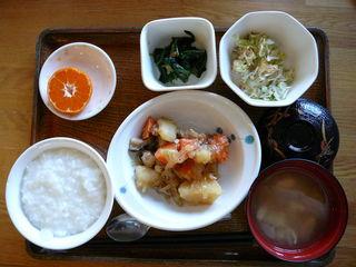 今日のお昼ご飯は、肉じゃが、煮浸し、梅おかか和え、味噌汁、果物です。