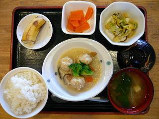今日のお昼ご飯は、肉団子のクリーム煮、香味和え、カレーマリネ、味噌汁、果物です。