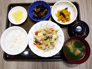 きょうのお昼ごはんは、肉野菜炒め・煮物・和え物・みそ汁・くだものでした。