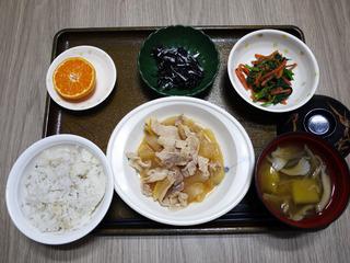 きょうのお昼ごはんは、豚肉と大根の甘みそ煮・ごま和え・ひじきの酢の物みそ汁・くだものでした。