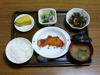 今日のお昼ごはんは、鮭のねぎ味噌焼き、煮物、カニカマあん、味噌汁、果物です。