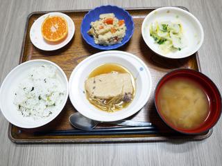 きょうのお昼ごはんは、メカジキの煮つけ・炒りおから・ゆず浸し・みそ汁・くだものでした。