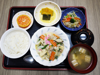 きょうのお昼ごはんは、八宝菜・かぼちゃ煮・ナムル・みそ汁・くだものでした。