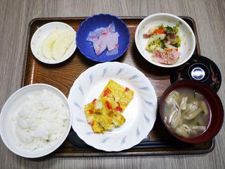 きょうのお昼ごはんは、カラフル卵焼き・サラダ・紅生姜大根・みそ汁・くだものでした。