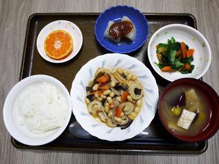 きょうのお昼ごはんは、大豆五目煮・和え物・ふろふき大根・みそ汁・くだものでした。