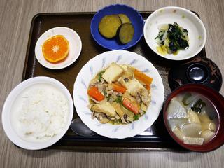 きょうのお昼ごはんは、豚肉と厚揚げのみそ炒め・焼きのり和え・煮物・みそ汁・くだものでした。