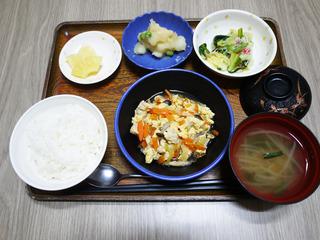 きょうのお昼ごはんは、豚肉と人参の卵とじ・おろし和え・じゃが煮・みそ汁・くだものでした。
