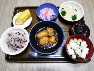 きょうのお昼ごはんは、お赤飯・鮭の揚げ煮・花野菜の卵のあんかけ・紅生姜大根・お吸い物・くだものでした。