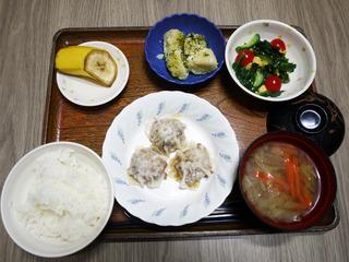 きょうのお昼ごはんは、シューマイ・卵とほうれん草の中華和え・のり塩ポテト・スープ・くだものでした。