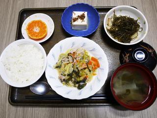 きょうのお昼ごはんは、肉野菜炒め・切り昆布煮・煮奴・みそ汁・くだものでした。