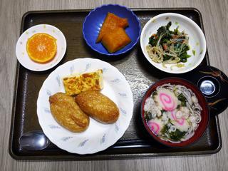 きょうのお昼ごはんは、いなりずし・おそば・卵焼き・含め煮・青菜和え・くだものでした。