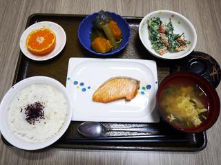 きょうのお昼ごはんは、鮭の塩焼き・春菊の白和え・含め煮・お吸い物・くだものでした。