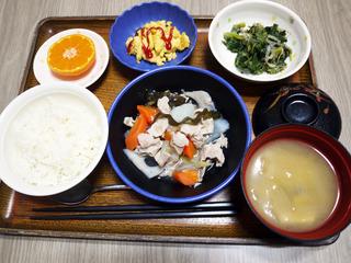 きょうのお昼ごはんは、和風ポトフ・ごま和え・炒り卵・みそ汁・くだものでした。