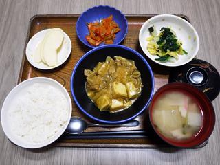 きょうのお昼ごはんは、厚揚げ風味カレー煮・焼きのり和え・じゃこ人参・みそ汁・くだものでした。