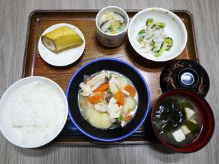 きょうのお昼ごはんは、鶏肉じゃが煮・茶碗蒸し・サラダ・くだもの・みそ汁でした。