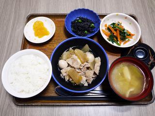 きょうのお昼ごはんは、豚肉と大根のこってり煮・お浸し・ひじきの酢の物・みそ汁・くだものでした。