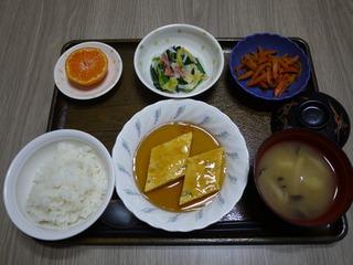 きょうのお昼ごはんは、ねぎ卵焼きの甘酢あん・おろし和え・人参きんぴら・味噌汁・くだものでした。