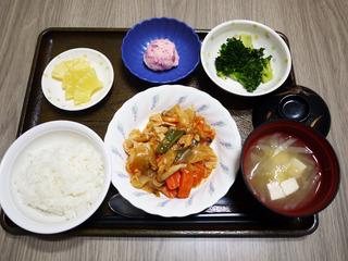 きょうのお昼ごはんは、鶏肉のケチャップ炒め、しば漬けポテト、和え物、みそ汁、くだものでした。