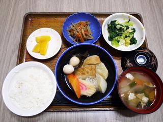 きょうのお昼ごはんは、おでん・和え物・きんぴら・豚汁・くだものでした。