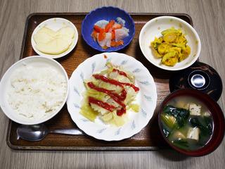 きょうのお昼おごはんは、挽肉とキャベツの重ね蒸し・かぼちゃサラダ・浅漬け・みそ汁・くだものでした。