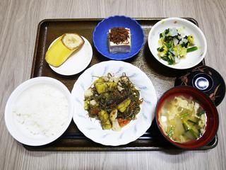 きょうのお昼ごはんは、豚肉と刻み昆布の炒め煮・和え物・みそ汁・くだものでした。