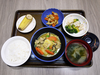 きょうのお昼ごはんは、カレー肉じゃが・和え物・根菜きんぴら・みそ汁・くだものでした。