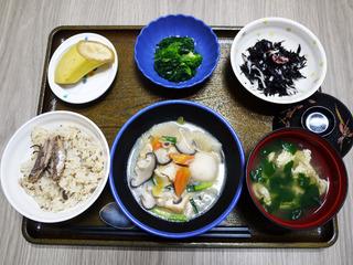 きょうのお昼ごはんは、いわしご飯・けんちん煮・青菜和え・ひじきの酢みそ和え・お吸い物・くだものでした。