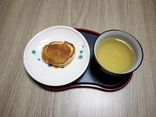 きょうのおやつは、ふきのやきもち・福茶でした。