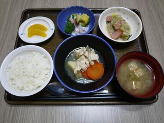きょうのお昼ごはんは、あっさり煮・野菜炒め・ブロッコリーのかにかまあん・みそ汁・くだものでした。