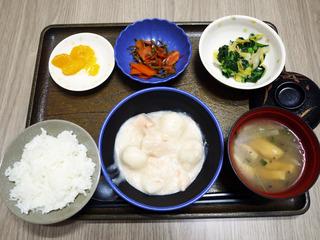 きょうのお昼ごはんは、鮭と里芋のシチュー・なめたけ和え・じゃこ人参・みそ汁・くだものでした。