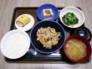 きょうのお昼ごはんは、豚肉と根菜の炒め煮・もずく和え・煮奴・みそ汁・くだものでした。