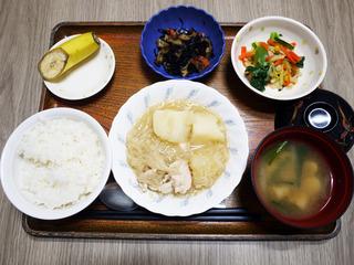 きょうのお昼ごはんは、鶏肉とじゃがいものみそ煮込み・天かす和え・煮物・みそ汁・くだものでした。