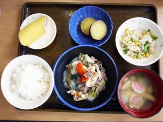 きょうのお昼ごはんは、すき焼き風煮・和え物・さつまいもの甘辛煮・みそ汁・くだものでした。
