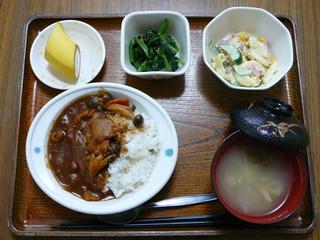 今日のお昼ご飯は、ハヤシライス、マカロニサラダ、お浸し、味噌汁、果物です。