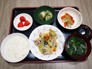 きょうのお昼ごはんは、肉野菜炒め・煮物・のり塩ポテト・みそ汁・くだものでした。