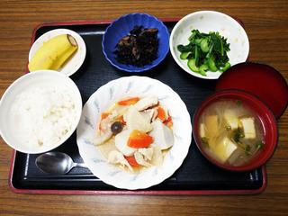きょうのお昼ごはんは、鶏肉と里芋のみそ煮込み・からし和え・煮物・みそ汁・くだものでした。