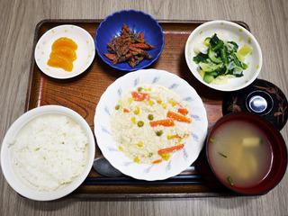きょうのお昼ごはんは、挽肉とコーンのクリーム煮・サラダ・人参のごま和え・みそ汁・くだものでした。
