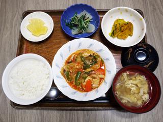 きょうのお昼ごはんは、鶏肉のケチャップ炒め・かぼちゃサラダ・浅漬け・みそ汁・くだものでした。