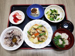 きょうのお昼ごはんは、入園祝い栗おこわ・筑前煮・甘酢和え・煮奴・お吸い物・くだものでした。