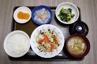 きょうのお昼ごはんは、ツナと高野豆腐の卵とじ・生姜和え・くずあん・みそ汁・くだものでした。