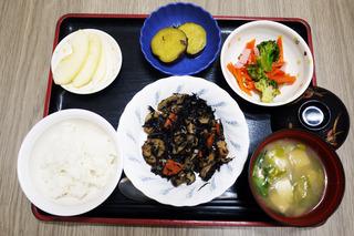 きょうのお昼ごはんは、磯炒め・梅かかお和え・大学芋煮・みそ汁・くだものでした。
