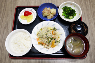 きょうのお昼ごはんは、挽肉と春雨の中華煮・和え物・含め煮・みそ汁・くだものでした。
