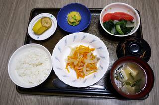 きょうのお昼ごはんは、鮭のレモン蒸し・おさつサラダ・青菜和え・みそ汁・くだものでした。