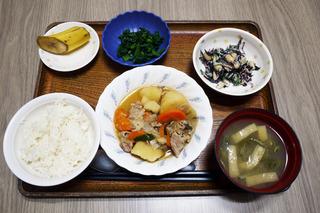 きょうのお昼ごはんは、肉じゃが・ひじきと大根のマヨサラダ・浅漬け・みそ汁・くだものでした。