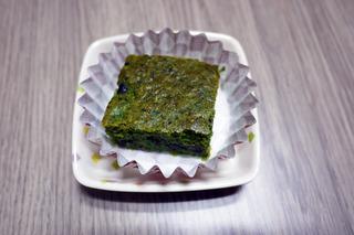 きょうのおやつは、小松菜ケーキでした。