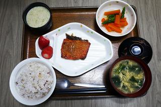 きょうのお昼ごはんは、五穀ごはん・鮭の木の芽焼き・だし漬け・おとろ・かきたま汁・くだものでした。