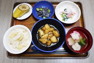 きょうのお昼ごはん、筍おこわ・ささみ揚げ煮・サラダ・みぞれ和え・お吸い物・くだものでした。
