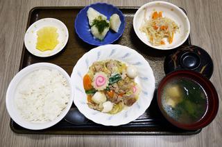 きょうのお昼ごはんは、八宝菜・ナムル・のり塩ポテト・みそ汁・くだものでした。