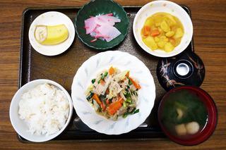 きょうのお昼ごはんは、肉野菜炒め・カレー煮・紅生姜大根・みそ汁・くだものでした。